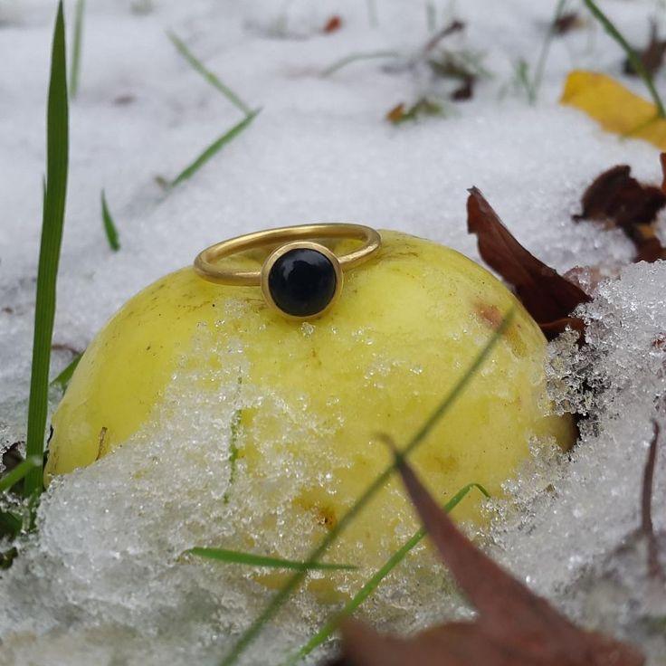 Vinter i efteråret, og min ynglings ring.  #hvisk #hviskstyling #hviskstylist #hviskjewellery #smykker #jewellery #ringen #fingerring #fingerringe #ring #ringe #rings #efterår #efteråret #efterårvinter #sne #naturen #winter #vinter #frost #natur #naturogsmykker #vejret