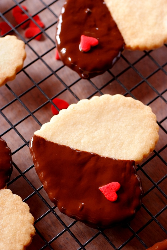 Chocolate Dipped Shortbread Hearts | valentine's day | Pinterest