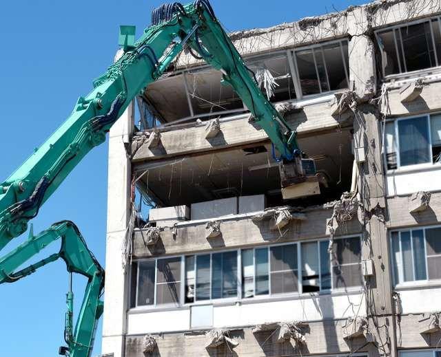 先端に磁石がついたアームを庁舎4階に差し込み書類棚が取り出された=25日午後1時3分、熊本県宇土市の市役所、長沢幹城撮影