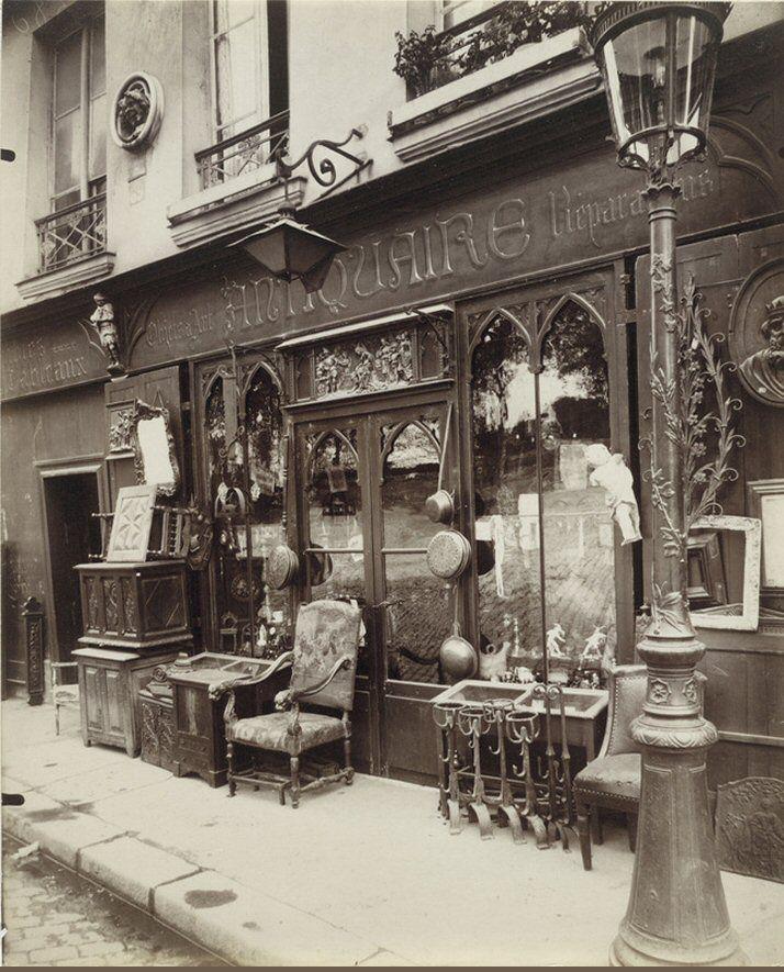 Antiquaire au n° 69 du quai de la Tournelle, en 1912. Une photo d'Eugène Atget  (Paris 5ème)