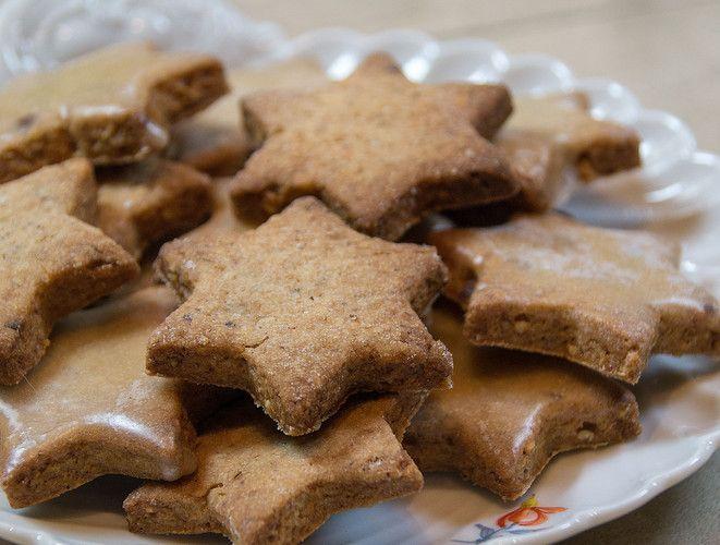 """Diese Plätzchen sind so einfach und so gut. Immer ein """"Renner"""" auf jeder weihnachtlichen Tafel. Wer möchte, kann sie auch  mit etwas Glasur verzieren. Braucht es aber nicht. Auch dieses Rezept stammt wieder aus einem alten Kochbuch von 1911."""