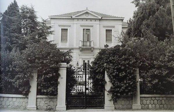 To ξενοδοχείο Πύρνα οικοδομήθηκε αρχές του 20ου αιώνα και πήρε το όνομα του από το αρχαίο μαντείο της Πύρνας, που βρισκόταν στην Κηφισιά. Όλοι οι κοσμικοί της Αθήνας επισκεπτόταν το ξενοδοχείο μέχρι το 1920. Αργότερα μετατράπηκε σε κλινική, αστυνομία και σήμερα λειτουργεί ταχυδρομείο.Φωτογραφία 1976, αρχείο Μουσείου Μπενάκη, «Κηφισιά, όψεις της ιστορίας της πόλης και του δήμου, αρχειακά τεκμήρια»,