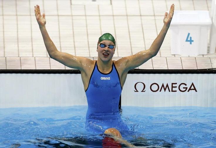 Olimpiadas de Londres:A nadadora Ruta Meilutyte, de 15 anos apenas, recebe a medalha de ouro e canta o hino da Lituânia.