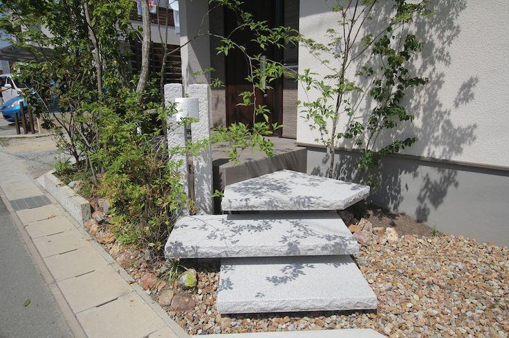 大判御影石の浮き階段と表札を取付けた御影石の延石