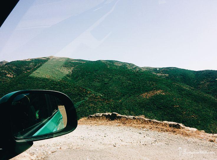 Faire une pause sur le bord de la route pour admirer les paysages sardes