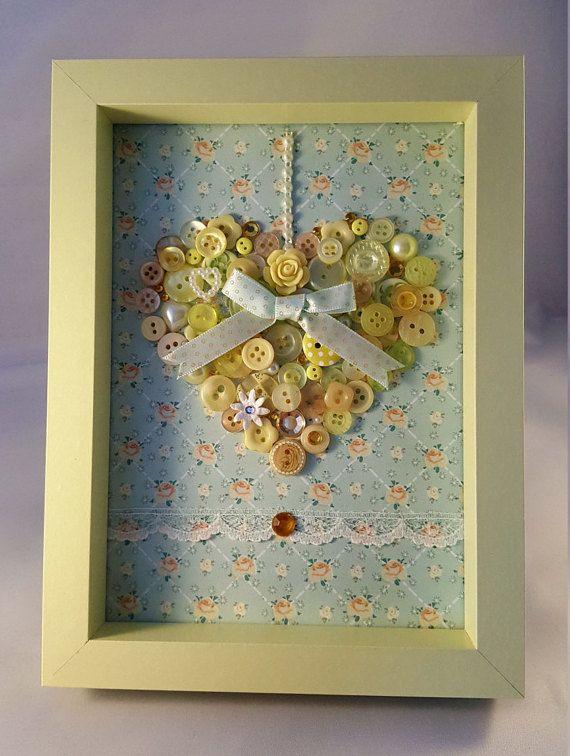 Dies ist ein handgemachter Knopf Kunst Bild eines hübschen Herzens von mir selbst entworfen und hergestellt mit Qualität Tasten und Verzierungen. Es ist montiert auf Kraftpapier, es hat eine hübsche Spitzenbesatz und einen Bogen zu verbessern. Der Rahmen ist eine schöne Sonne Zitrone Farbe und hat keinen Glas/Plexiglas nach vorne. Es kann sein, Wand montiert oder frei stehend und die Außenmaße sind 8 H x 6 w. Dies wäre ein schönes Geschenk für Jung und alt gleichermaßen machen. Bitte…