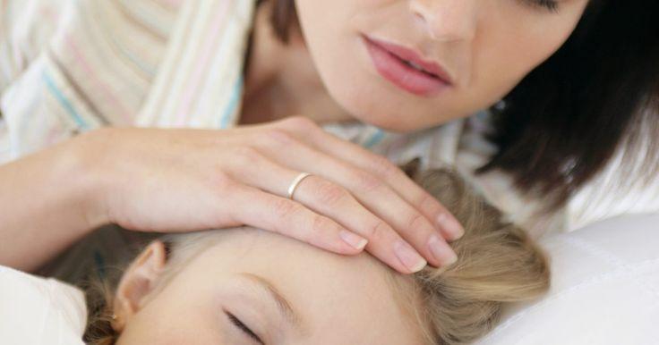 ¿Cómo controlar la fiebre y los escalofríos en los niños?. El cuerpo usa la fiebre (aumento de la temperatura) para combatir la infección viral o bacteriana. Un aumento de la temperatura es un síntoma, no la enfermedad misma. A menos que la fiebre sea muy alta o tu niño se sienta incómodo e incapaz de descansar o con riesgo de convulsiones febriles, sólo debes tratar de hacer que tu hijo esté lo ...
