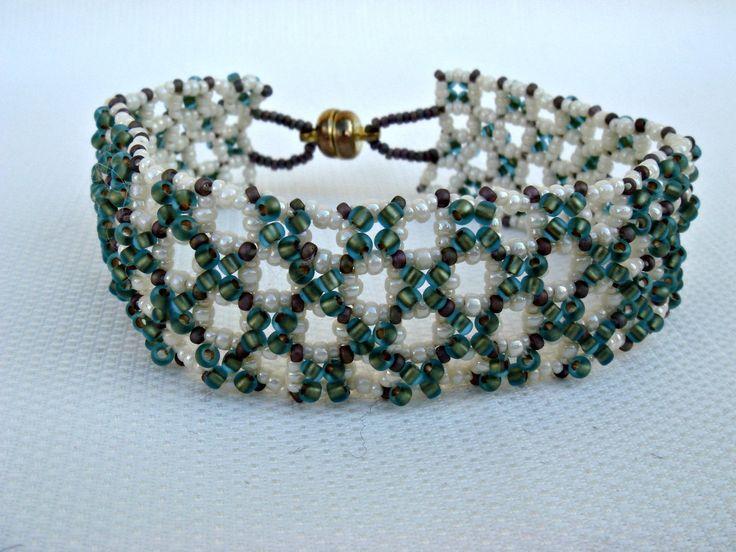 Bracelet perlé en beige et vert : Bracelet par barcelonaibizacolors