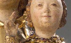 Muttergottes Münster, um 1230/50 Die in vergoldetem Silber (über Eichenholz) ausgeführte, feingebildete Skulpturengruppe ist gvon verhaltener innerlicher Beseeltheit geprägt. Die anmutige Maria ist, wie für die Zeit der Spätromanik typisch, auf einem Thron als Gottesmutter mit dem Christuskind auf ihrem linken Bein dargestellt. Christus hat die rechte Hand erhoben um die Welt zu segnen. Die thronende Madonna bildete den Mittelpunkt der goldenen Schauwand des Hochaltars.