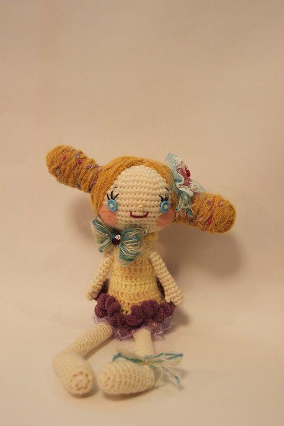 毛糸で編んだ、毛糸ガールです。パッチリおめめと、明るい色のおだんごヘアーがチャームポイント。大きさは、つま先からおだんごのてっぺんまでで約35cmとちょっと大... ハンドメイド、手作り、手仕事品の通販・販売・購入ならCreema。