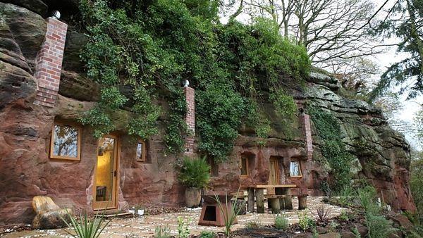 Mladý Brit proměnil jeskyni v moderní domov.