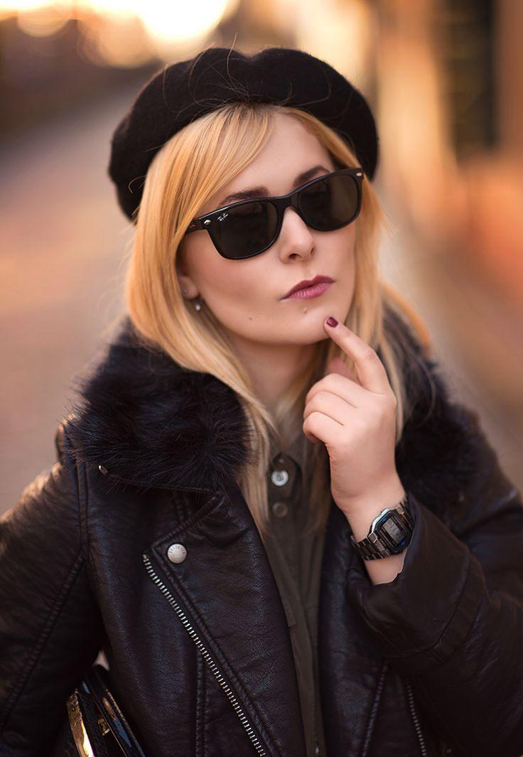 Fashion Bloggerin & Influencer Christina Key Key trägt eine schwarze Ray Ban Sonnenbrille und weinroten Lippenstift und Nagellack