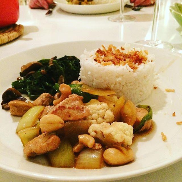 Kung bao- kyckling med cashewnötter på thailändskt vis. Mycket gott! Till det Morning glory. Recept: Marinera kyklingfile i lite soya och sesamolja, salt & peppar.  Stek kycklingfile och ingefära i skivor och lägg åt sidan. Gör nu Gong Bao-såsen:  Stek chili och 4 hackade vitlökar i olja tills dofterna kommer fram. Ha i 2msk chilisås, 2msk oystersås, 3msk balsamvinäger, 1msk soya, 1msk socker, 2tsk sesamolja. Låt steka en stund. Häll på 1dl vatten och låt såsen tjockna till. Ha i kycklingen…