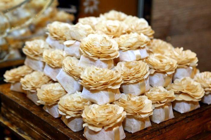 Bem-casados: como as duas partes dessa delícia ficam juntinhas, o doce representa a união eterna do casal. Uma tradição que além de bonita e muito utilizada na decoração, é deliciosa.
