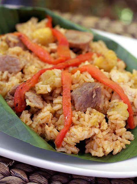 La cocina del Valle del Cauca es maravillosa, muy creativa y con sabores maravillosos! Hoy les compartimos una de las recetas más típicas de esa región de Colombia, el Arroz Atollado. Es un arroz que no es muy demorado de hacer, su consistencia no es seca ni el grano es suelto, debe quedar un poco pegajoso y húmedo. Lleva variedad de carnes, especialmente pollo y cerdo pero hay variaciones en la receta y también le ponen carne de res, chorizo o tocineta.