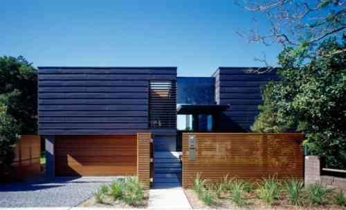 clôture de jardin en bois : palissade avec maison moderne