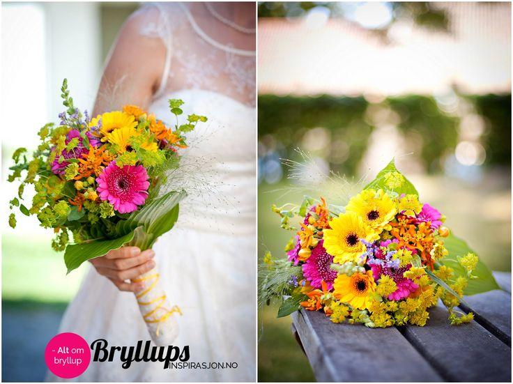 Brudebukett med rosa og gule blomster. Buketten er laget av en kombinasjon ev villblomster, hageblomster og kjøpte blomster.