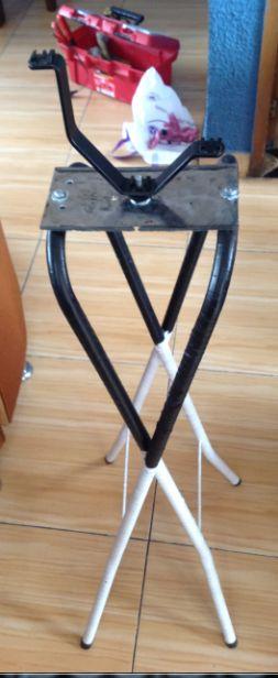 Uniendo accesorio a la lámina, quien a su vez ya ha sido unida a las patas