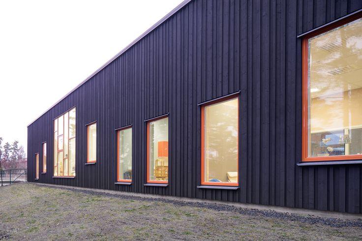 Platsens natur med tallar och nakna berghällar utgjorde utgångspunkten för gestaltningen av Sticklinge förskola.   Arkitekt: Jesper Engström Arkitektkontor: AIX arkitekter