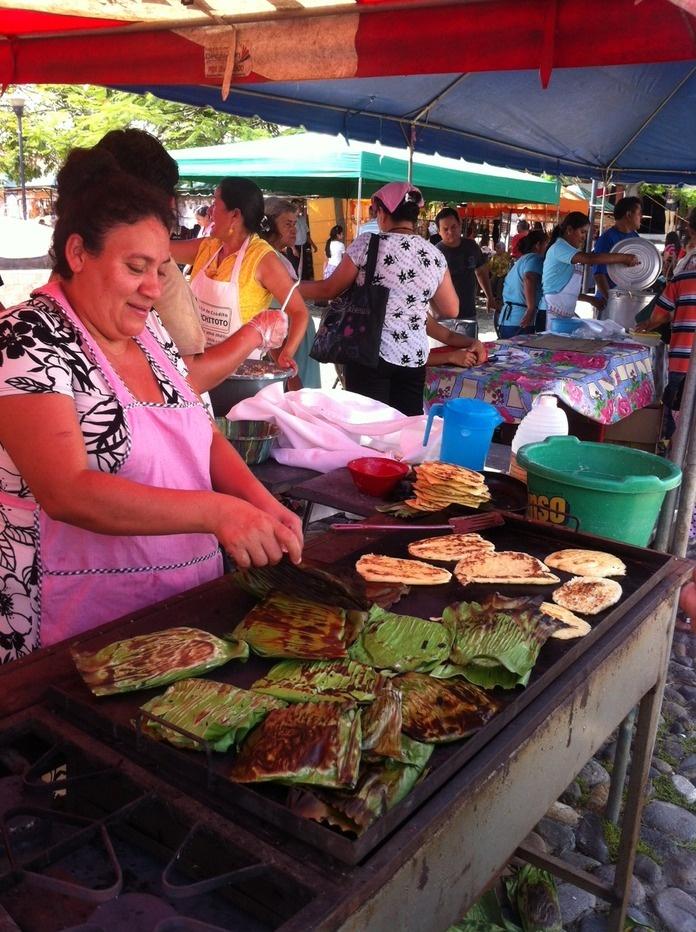 El Salvador - deliciosas riguas (maiz) envueltas en hoja de huerta para cocinarlas a la planca / suchitoto.tours @gmail.com