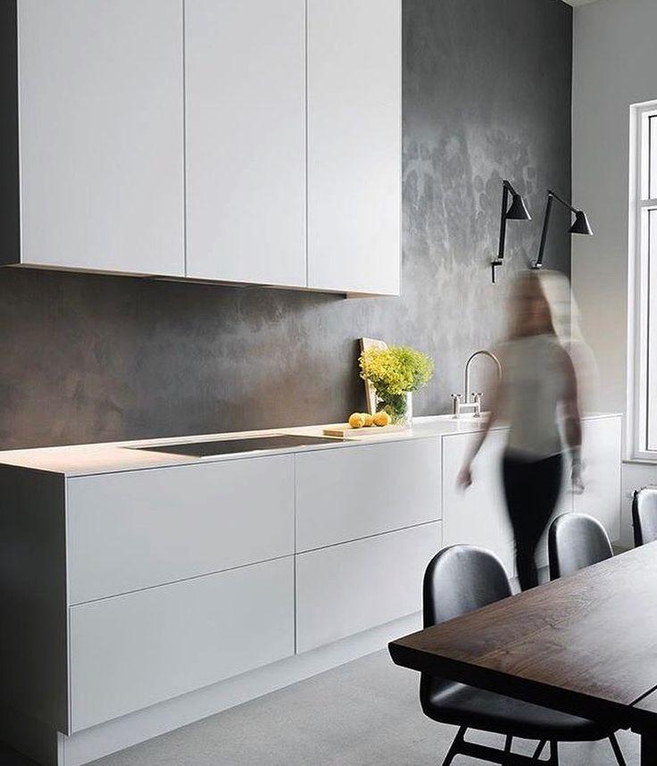 Schlichte Küche hellgrau ohne Griffe, Puristische Küche, Moderne Küche mit Be…