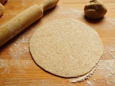 Il chapati è un tipico pane indiano a base di farina integrale, acqua e sale che cuoce velocemente in padella. Buonissimo! Senza lievito!