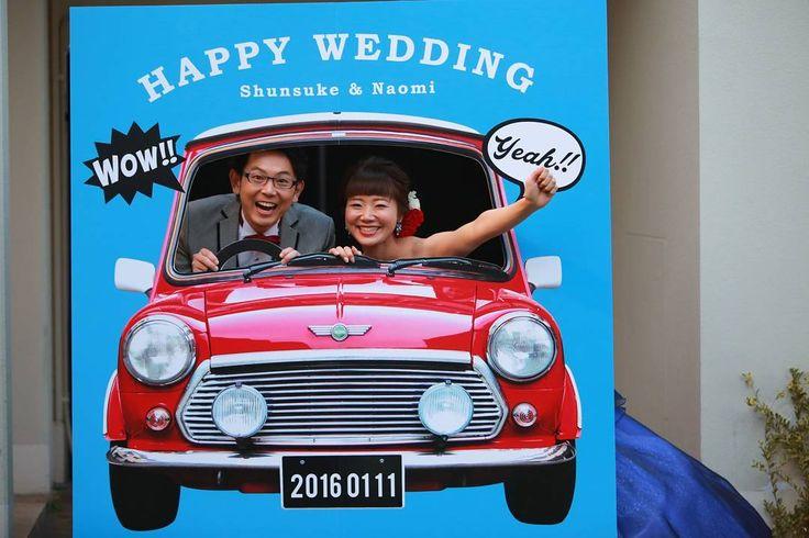 ★ フォトブース1 . 絶対やりたかったことの1つ(^^) . 私の愛車#ローバーミニ . 披露宴は和装にお色直ししてからの登場で、型写真も撮るため、かなり時間がかかる予定でした! . なので、ゲストの皆さんが退屈しないようにフォトブースをいくつかつくりました(^^) . みんな、たくさん写真を撮ってくれて(それが一番嬉しかった)、待ち時間もあっという間だったと言ってくれ、スタッフさんからは写真待ちの列ができてたと聞き、本当にやってよかったです . #フォトブース #顔出しパネル #アイラブミニ #お色直し #カクテルドレス #プレ花嫁 #プレ花嫁卒業 #ウェディングソムリエフォトコンテスト @jadore_wedding