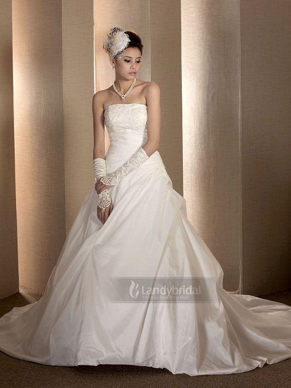 高品質の素材感を生かす 大きく広がる裾は腰周りをほっそりと見せてくれる効果がある  結婚式ドレス  H100hs4664