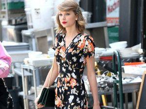 OMG!!! Taylor is PERFECT!!!J'ai lu l'article Taylor Swift : Sa petite robe fleurie fait sensation sur http://www.closermag.fr/mode/look-du-jour/taylor-swift-sa-petite-robe-fleurie-fait-sensation-314168