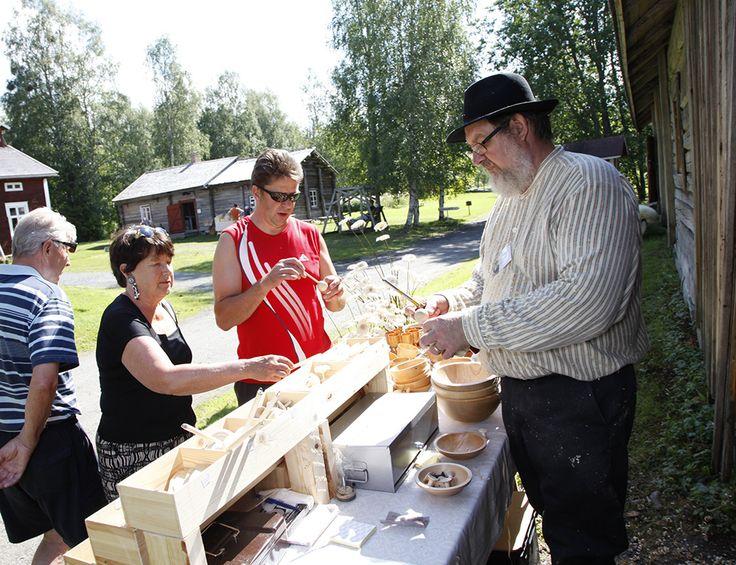 Aurinkoisena kesäpäivänä Turkansaaressa riittää kiertelijöitä ja katselijoita. Oulu (Finland)