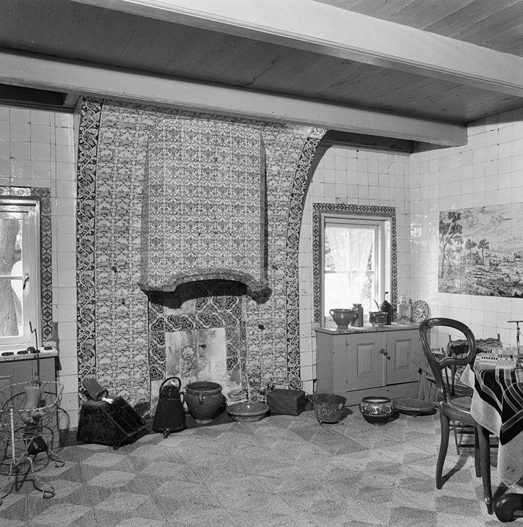 Opperdoes, Zuiderpad 5, 19e eeuwse stolpboerderij; geheel betegelde kamer met schouw