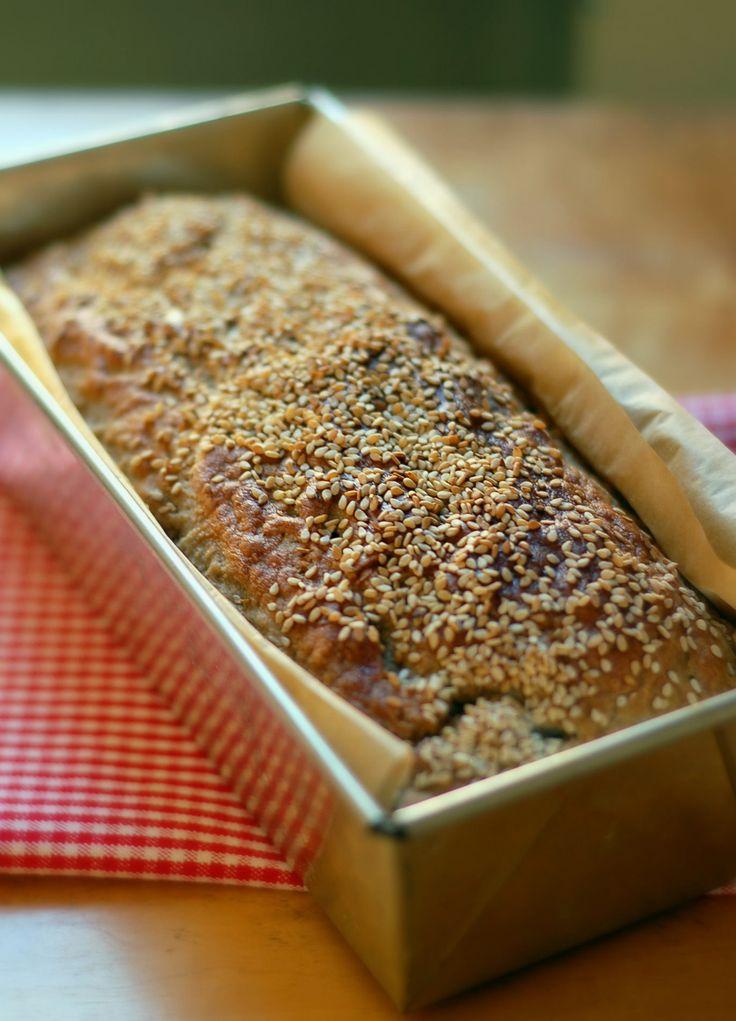Ett riktigt bra recept på nybörjarbröd som är perfekt att ha i rockärmen oavsett om man är en ovan brödbagare eller ett riktigt proffs. Det här brödet kan alla lyckas med. Det är en enkel vardagslimpa på rågsikt som jag verkligen gillar att återvända till. Receptet är också perfekt att utgå ifrån nä