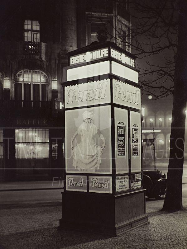 Berlin im Licht Erste Hilfe Rufsaeule am Potsdamer Platz 30er Jahre