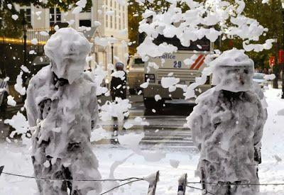 pompiers contre policiers mousse extinctrice 4   Pompiers contre policiers en Belgique   pompier policier photo mousse image crs bagarre