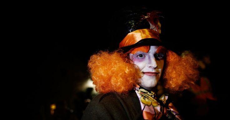 """Cómo hacer un traje de Sombrerero Loco. El Sombrerero Loco es un personaje de """"Alicia en el país de las maravillas"""" de Lewis Carroll y de la película con el mismo nombre. Si estás planeando en vestirte como Sombrerero Loco para Noche de Brujas, une un listón al borde de un sombrero para que sea un porta dulces que coordine con el disfraz. Para un evento relacionado con el Sombrerero ..."""