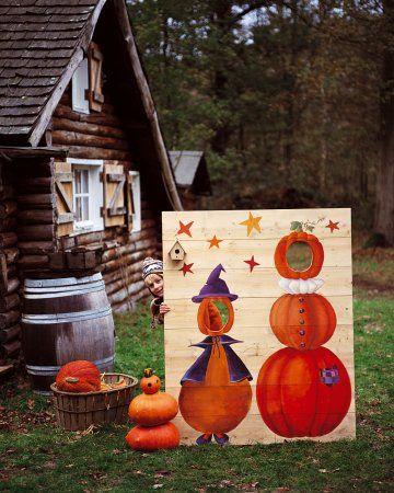 Panneau photo peint de personnages en citrouille avec des trous pour les têtes, à Halloween