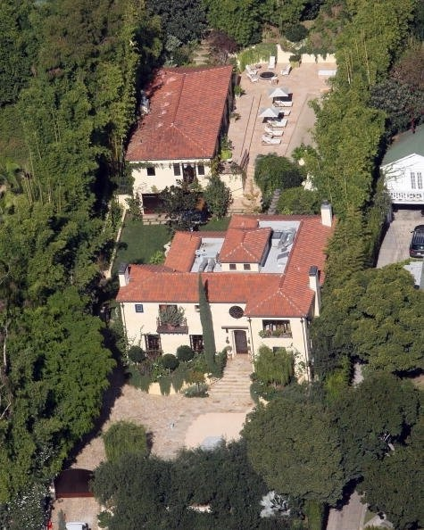 Click on the link below to see these celebrity homes: Brad/Angelina's home in Brignoles, France, Steven Spielberg, Pamela Anderson, Marilyn Monroe, Johnny Depp, David/Victoria Beckham, Halle Berry, Hugh Hefner, Heidi Klum, Hilary Duff, Julia Roberts, Kate Hudson, Miley Cyrus, Selena Gomez, Justin Timberlake, Jennifer Aniston, Britney Spears, George Clooney, Oprah Winfrey, et al. http://bollywood-hollywoodgossipsaddiction.blogspot.gr/2012/08/celebrity-mansions-or-sweet-million.htmlFlorida