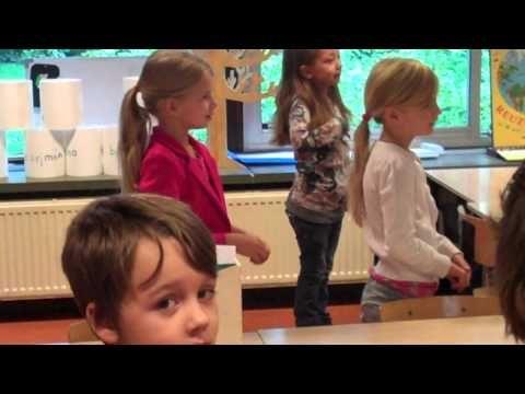 Groep 3 leert lezen, zij zingen over het hakken en plakken van letters.
