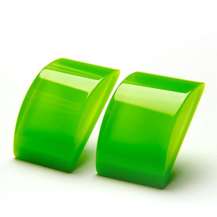 Ohrstecker in LimettengrünEin Paar rechteckige limettengrüne Ohrstecker aus Acrylglas mit transparenter, konvex geschliffener Acrylglasauflage. Die Farbe erscheint auf den Fotos dunkler als in Natura. Ein Acrylelement mißt in der Länge ca. 2,4 cm und in der Breite 1,6 cm. Das Paar wiegt 5 Gramm.Alle verwendeten Materialien sind nickelfrei. Die Ohrhaken sind aus 925er Silber und werden mit kleinen Kunststoffstoppern geliefert.Die Acrylglaselemente werden in unserer Werkstatt von Hand…