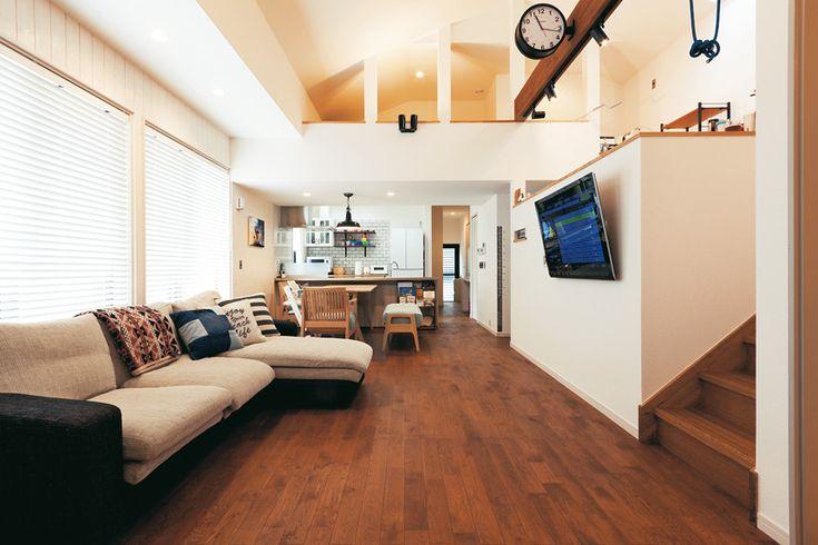 床はナラ材、壁はパイン材と木片チップ入りの紙クロス。天然素材につつまれた大空間は空気環境が良く、快適に過ごすことができる。