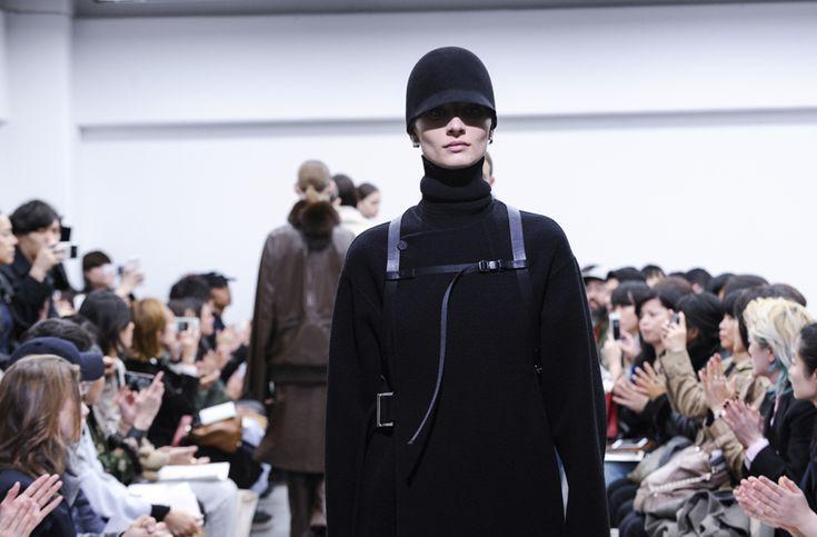 【「HYKE」2017 A/W TOKYO COLLECTION 強さとエレガンスの融合をミニマルに表現した、ハイク】  「HYKE」が、3月24日(金)、東京・中目黒のオフィスで初のショーを行なった。HYKEは、2009S/Sをもって活動を停止した「green」のデザイナー、吉原秀明と大出由紀子が、2013A/Wから、名称を改めて再開したブランド。コンセプトは、「HERITAGE AND EVOLUTION」(服飾の歴史、遺産を自らの感性で独自に進化させる)。テーマは掲げず、「何かしらのスタイルや古着などをインスピレーションソースとして、再構築しながらデザインしている」。  つづきはこちら☞ http://soen.tokyo/fashion/collection/hyke2017aw.html