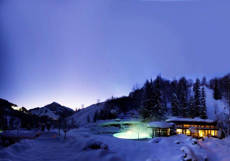 Piscine et jacuzzi sous la neige du Pays de Salzbourg au Gartenhotel Theresia (Saalbach-Hinterglemm)