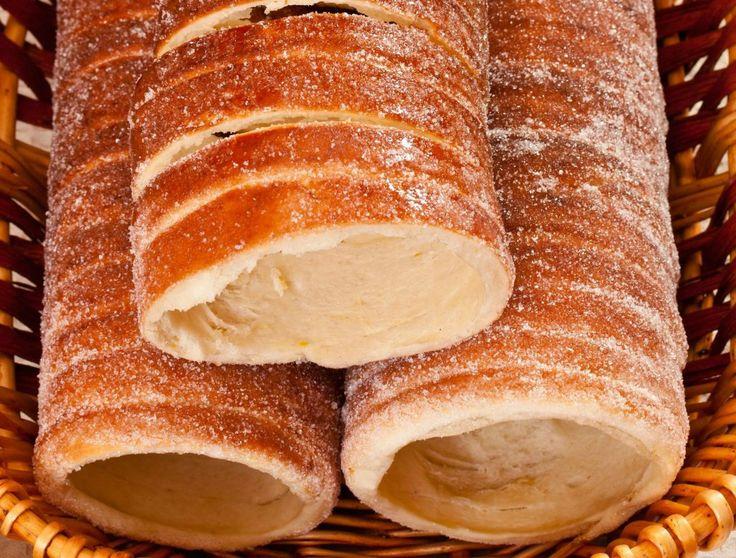INGREDIENTE -30 g drojdie -60 g zahăr -100 g unt topit -750 g făină -2 ouă -300 ml lapte călduț -puțin unt topit și zahăr pentru caramelul de deasupra PREPARARE