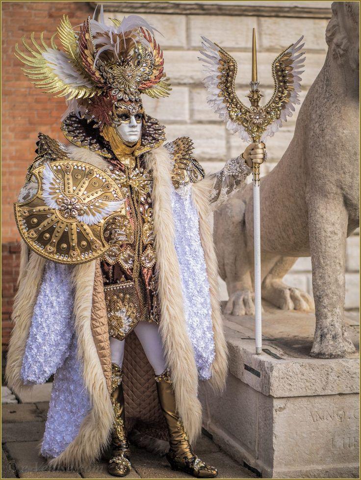 Costume masculin du festival, ayant comme thème l'oiseau déployé (visible sur la soucoupe et sur la cane). Plumes, ornements, tissus de différentes textures, cristaux (probablement faux).