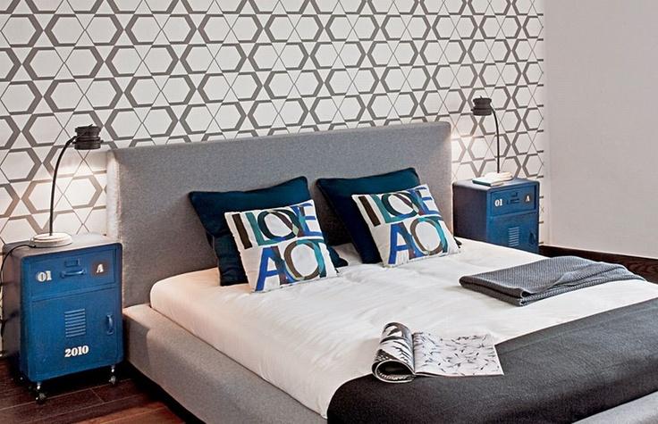 Aranżacja sypialni jest elegancka i minimalistyczna. Ciekawa tapeta za zagłówkiem ociepla wnętrze. W aranżacji sypialni zaplanowano także wannę, dlatego projekt stał się interesujący i nowatorski.