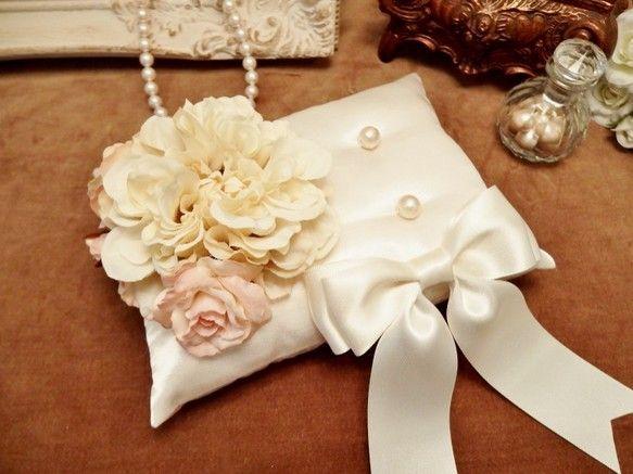 アンティークカラーでまとめた花束が柔らかく優しい雰囲気のリングピローです。ボリュームがありながらも派手過ぎず、上品な仕上がりとなっています。花束部分はクリーム... ハンドメイド、手作り、手仕事品の通販・販売・購入ならCreema。