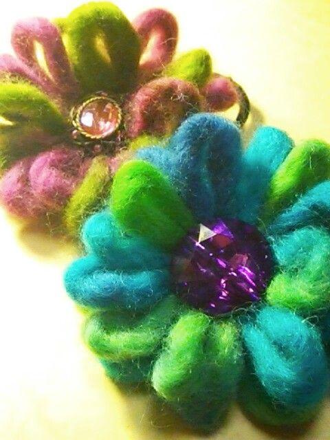 「スラブヤーンのお花ヘアゴム」今回はスラブヤーンの太いところでお花を作ります。 あっという間に出来るので、バザーにもおすすめ。 ボリュームがあってかわいいですよ♪[材料]スラブヤーンの毛糸/キラキラボタン(くるみボタンでも)/ヘアゴム/丸く切ったフェルト/ボタン付け用糸/ボンド