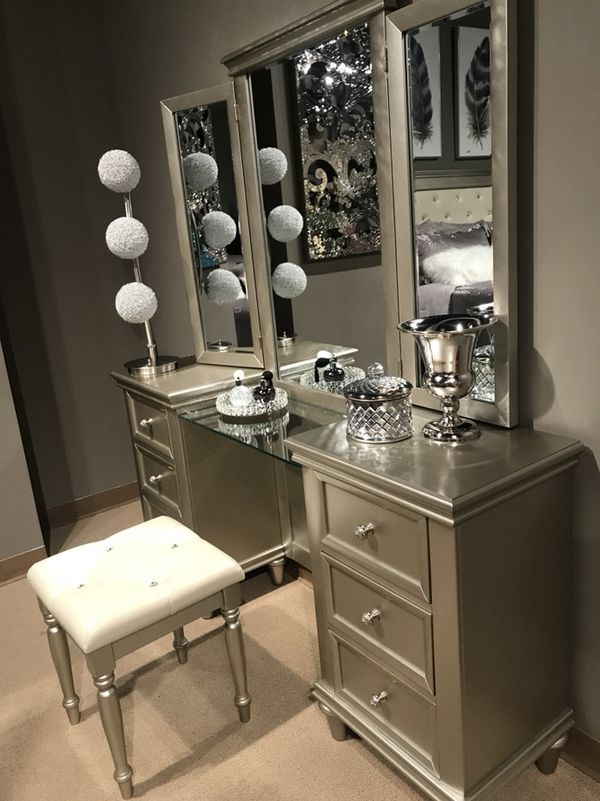 Vanity With Stool For Sale In Modesto Ca In 2019 Hp Bedroom