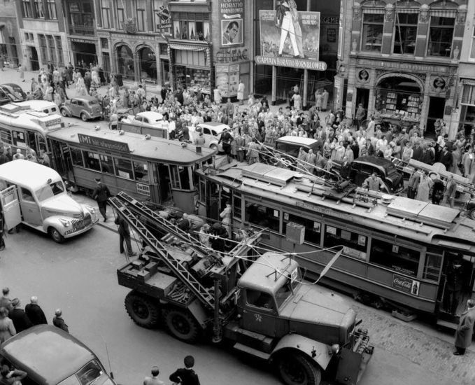 Amsterdam: Een tramongeluk op het Beursplein in 1952