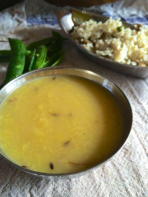基本のダルスープ ダルは豆のこと。アーユルヴェーダではかかせない消化によくて、どんな料理ともあう基本のダルスープです。 材料 (2人分) ムング豆 1/3カップ 水 2カップ ターメリックパウダー 小さじ1/8 ギー 小さじ1 クミンシード 小さじ1/4 塩 適量 生姜すりおろし 小さじ1/2 作り方 1 よく洗ったムング豆を分量の水と、分量外の塩ひとつまみとターメリックで煮ます。沸騰したら弱火で。 2 20〜30分ぐらいして少し豆が崩れてきたら生姜のすりおろしを入れてそのままさらやに10分程度煮続けます。 3 豆が崩れてトロリとしてくるまでゆっくり。途中で水が足りなくなったら足して。 4 小フライパンにギーを熱し、クミンを入れて香りが出るまで温め、ダルに入れて塩で味を整えて完成! コツ・ポイント 豆が崩れてくるまで少し気長に。濃度が濃すぎないように水加減と、塩味を利かせるのがコツ。 レシピの生い立ち ムング豆といって緑豆のひき割りで、消化によく栄養もあるアーユルヴェーダには欠かせない食材です。簡単に作れて何にでも合う一品です〜。 レシピID:2523010